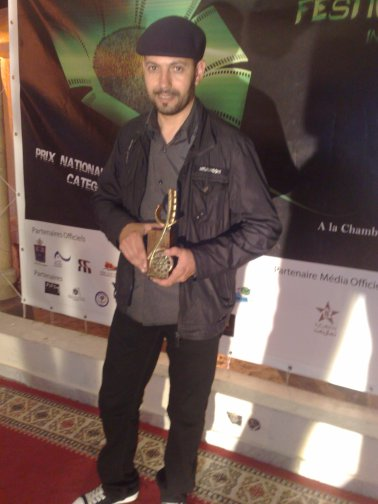 Abdellah cheraa portant le trophée