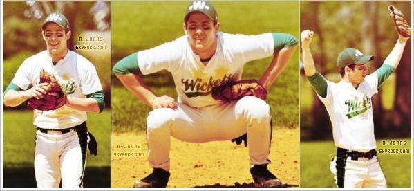 _26/04/12_●_Nick a joué au softball avec son frère Kevin. Leur équipe, les Wickets ont gagnés. N'est-ce-pas adorable la petite tape dans le dos entre frères ? Et vu les réactions de Nick, on voit qu'il est vraiment heureux d'avoir gagné. _