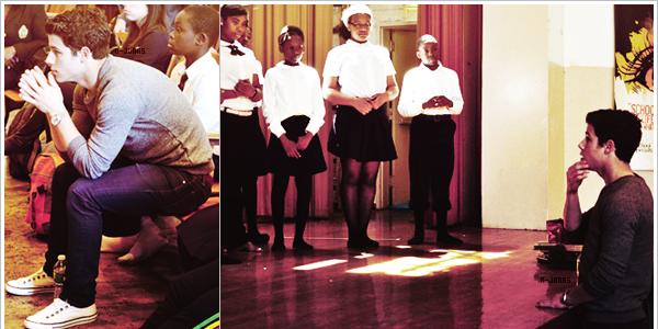 _27/04/12_'●'_Aujourd'hui, c'est dans une école de Brooklyn que nous retrouvons Nick, poursuivant le programme Broadway Junior qui a pour but d'aider et encourager les étudiants en musique. Les petits chanceux ont aussi eu des autographes de la part de Nick... Mais malheureusement, les photos ne sont pas nombreuses et ni en haute qualité. _