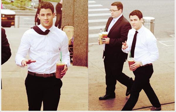 _30/04/12_'●'_Nick a été vu en compagnie de son père, quittant un Starbucks de Manhattan. Quel charmant jeune homme, la cravate au vent ! Ça fait plaisir de voir des candids de notre petit Nick, où en plus il parait heureux. _