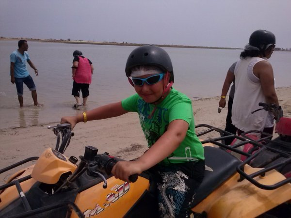 mon petit frère sur le quad