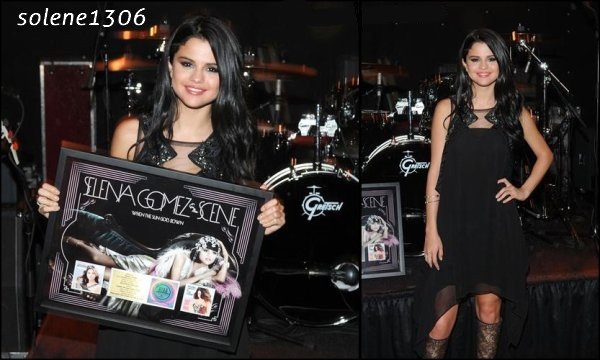 "Selena reçoit un disque d'or pour son album ""The sun goes down""."