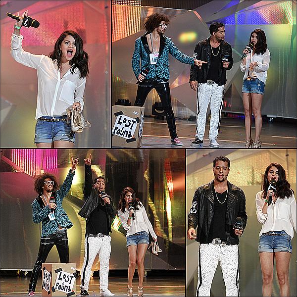 selena a une sortit entre amies , elle était présente à la cérémonie des « Much Music Award » à Toronto et a participer au show de LMFAO !