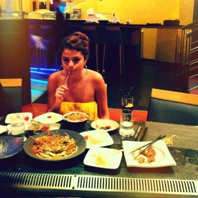 selena gomez , nouvelle photo facebook, photos de tumbrl + sortit de jelena