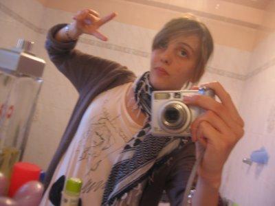 Moi : Je suis comme je suis et si mon look ne te plait pas et bien Tanpis =) !