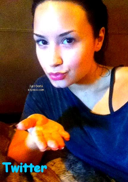 . . Demi A Publié deux Photos Personnelles, Une Sur Facebook Et Une Autre sur Twitter.