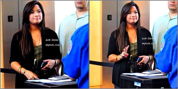 Candids Du 06.05.11 : . Demi a été Aperçu A L'aéroport LAX (Los Angeles) Avec Toute Sa FamilleQuestion Tenue, Je N'aime Pas Trop Le Bas. Et Vous ? .