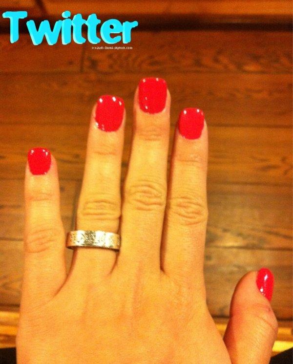 . Après avoir fait ses ongles dans le salon, Demi a posté sur son Twitter officiel une photo du résultat .