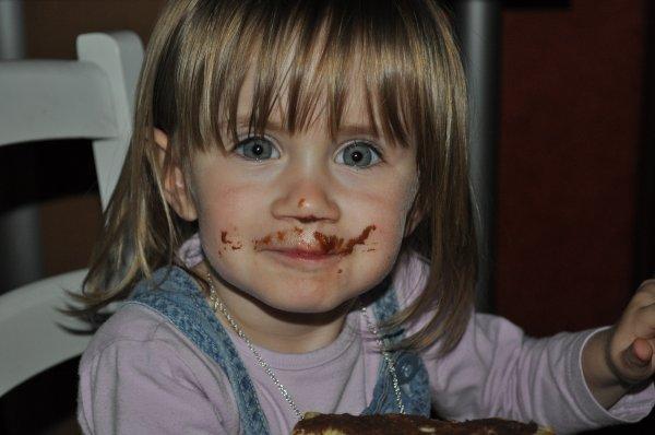 lana mange du chocolat.