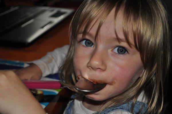 lilou aussi mange du chocolat.