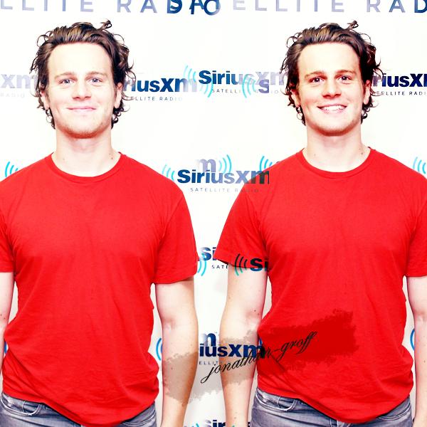 """.19/05/11 ~ Jonathan a visité les studios Sirius XM..Jon sera dans l'émission """"10 on top"""" en compagnie de Matthew Morisson (Will Schuester) et Darren Criss (Blaine) afin de parler du season final de la saison 2 de Glee qui, je vous le rappelle, sera diffusé le 24 mai prochain.."""