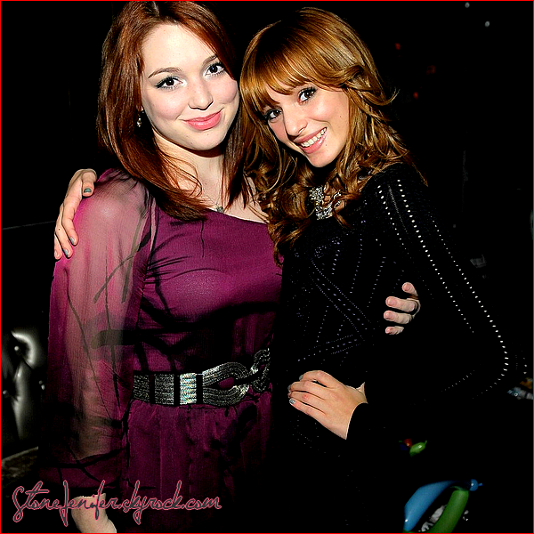 .   ► PERSONAL       Jennifer à la fête anniversaire de Jake T. Austin ! Jennifer en compagnie de Bella Thorne. (je n'ai trouvé que cette photo de Jennifer!)