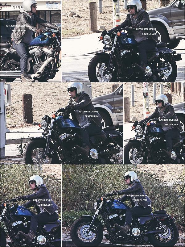 Le 19/11/2012 -  Josh, a été repérer dans les rues de Los Angeles, avec sa belle moto, tel un bad boy !  TOP  ✰✰✰✰✰