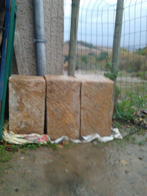 trois blocs pierre