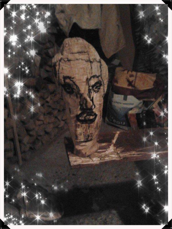 tête vu dans mon rondin de bois