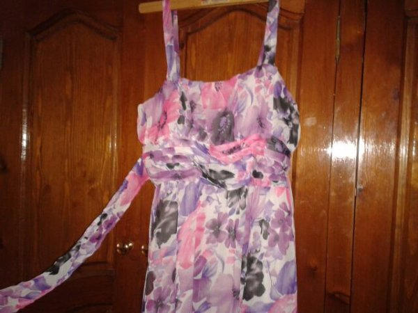 robe rose,violette avec des fleurs taille S , un noeud papillon peut se faire au dos