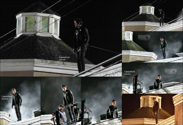 02.10.2015- Des nouvelles photos du tournage de la saison 5 de Once Upon A Time (épisode 5) viennent de faire leur apparition sur le net. On y voit Colin sur le toit d'un immeuble. Je me demande bien pour quelle raison il doit sauter...