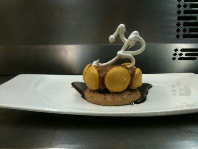 Plaisir au chocolat entouree des macaron