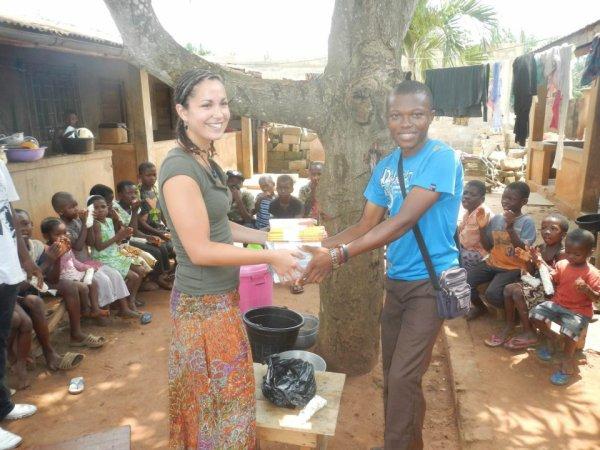 remise de dons au enfants après le dessin suvie du batik