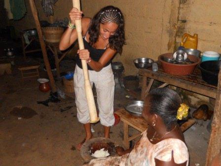 francisca ribas une volontaire espagnol qui est entrain de piler le foufou