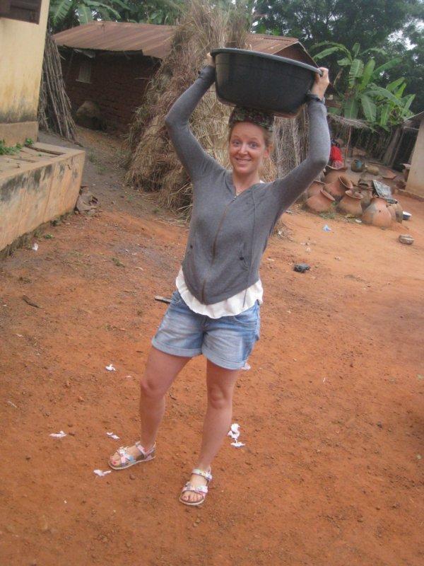 recherche d'eau pour la vaiselle sur le ca,p chantier de bolou-kpémé