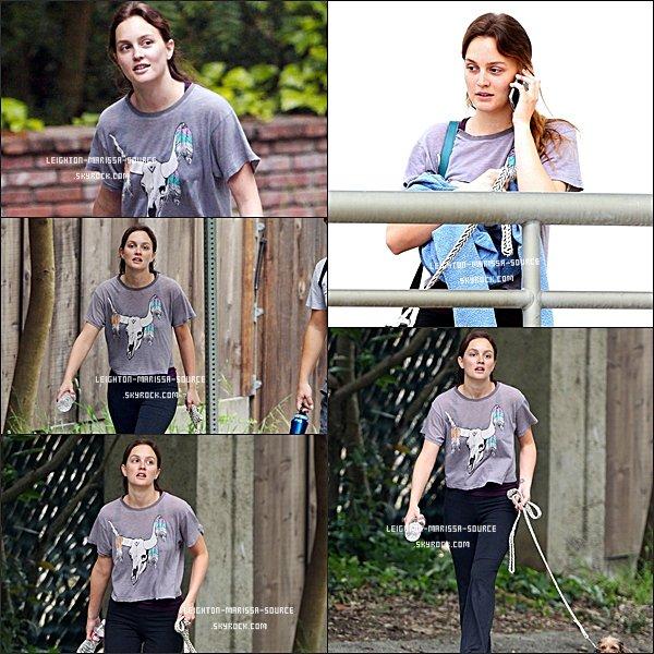 18 AVRIL 2011 : Leighton faisant une randonnée a Los Angeles . Pour la tenue c'est assez sport , et elle n'est pas maquillé . FLOP