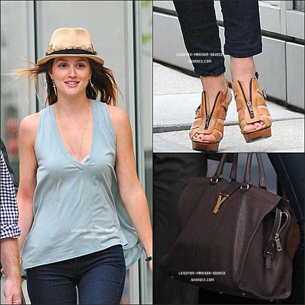 . 29 AVRIL 2011 : Leighton quittant son hôtel à New york . Coté tenue c'est un TOP !  .