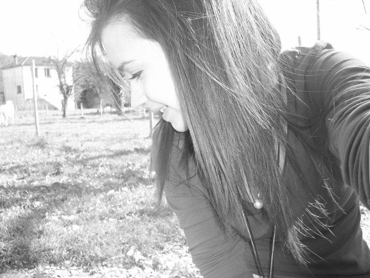 """"""" quand quelqu'un pleure sans motif c'est parce qu'elle évacue toutes les fois où elle voulait pleurer mais elle a sourit. """""""
