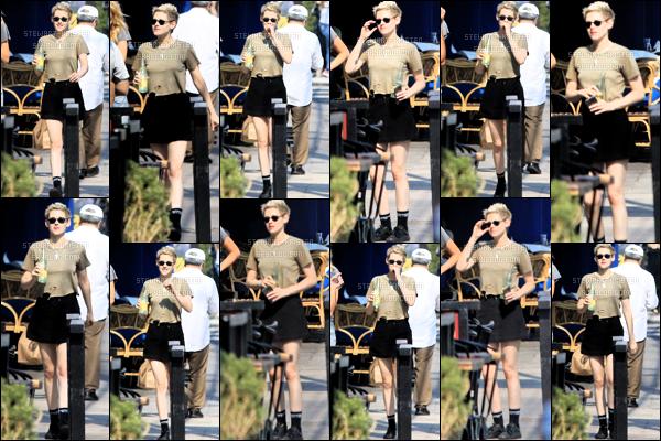 .August 11, 2018 - Kristen Stewart  et Stella ont été vue se rendant se promenant dans les rues de Los Angeles. Info supplémentaire Netflix a commandé une nouvelle série A life in Men, avec Kristen Stewart et Riley Keough dans les rôles principaux. .