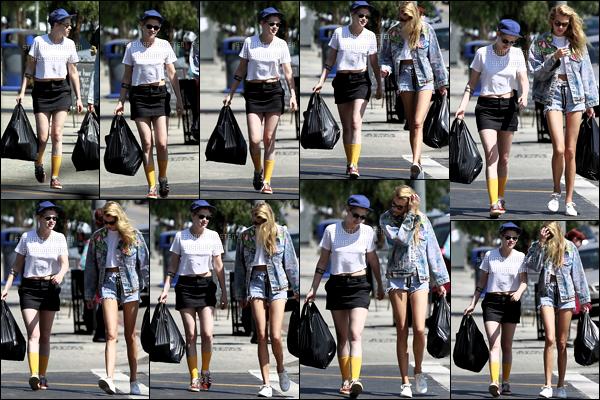 .August 13, 2018 - Kristen S. & Stella Maxwell ont été vue se promenant dans les rues Silverlake en Californie. J'adore la tenue de miss Kristen Jaymes Stewart elle est sublime un jolie top pour la miss K. et toi qu'en penses tu top ou bien flop ? .