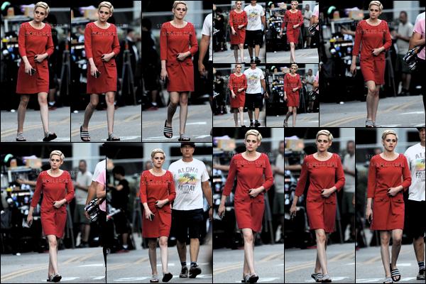 . July 28, 2018 - Kristen Stewart a été aperçue sur le set du tournage de son prochain film dans  Los Angeles.   La belle est donc en tournage de son prochain film Against All Enemies dans une belle robe rouge que j'adhère complétement et toi ?! .