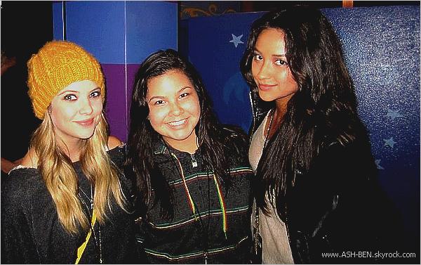 PENDANT LE TOURNAGE DE PLL! . Voici quelques photos prise durant le tournage de la saison 2 de Pretty Little Liars, que vous pourrez découvrir en Janvier 2012. Même en tenue de 'prisonnière' (Je n'ai pas d'autre mots qui me vient à l'esprit). Elles restent tout de même superbe & vous comment les trouvez-vous ? - Qu'en pensez-vous ? :). . Ashley & ses fan! . Ash' est toujours près de ses fans. Voici 3 photos d'Ashley qui proviennent du twitter de notre jolie blonde. Je l'a trouve sublime comme d'habitude - Qu'en pensez-vous ? :). . Ashley enfin une sortie! . Ash' est enfin sortie de son trou. On peut enfin avoir des photos d'elle en dehors de PLL. Donc, Ashley était au Gifting Services Showroom à Los Angeles, le 22 Octobre. Juste magnifique. - Qu'en pensez-vous ? :). . Ashley & Ryan ! . Ashley confirme sa relation avec Ryan Good, en se tenant main dans la mains, dans les rues de Los Angeles, ce 24 Octobre, où ils faisais du shopping. Ne sont-ils pas mignon ? - Qu'en pensez-vous ? :).