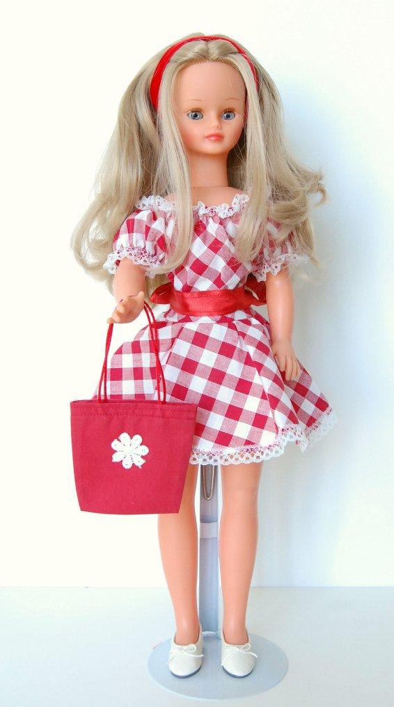 Claire en robe à carreaux