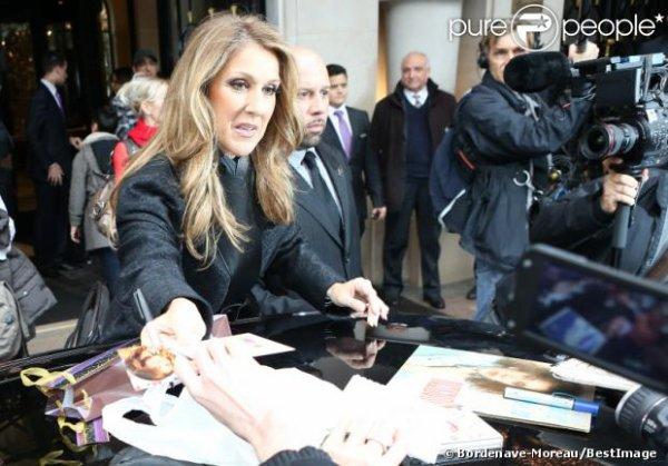 Céline Dion signe des autographes le 24 novembre 2012...
