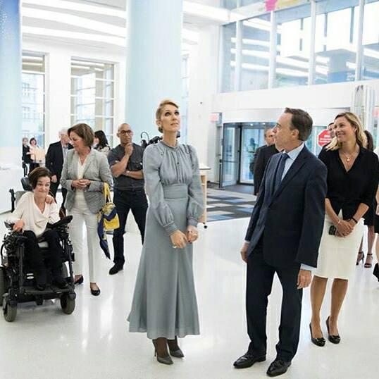 Céline Dion distribue des sourires aux enfants malades et à leurs parents à Sainte-Justine...