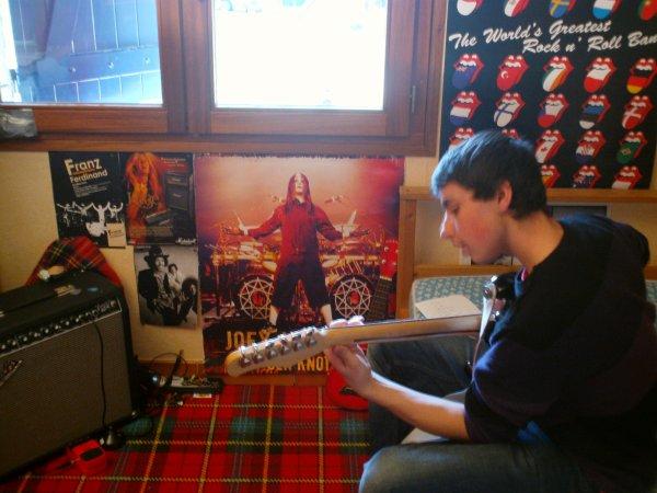 Tristan Fait de la guitare