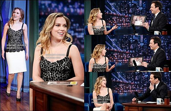 """22/02/13 : Notre sublime Scarlett, souriante, était l'invitée à l'émission """"Late Night with Jimmy Fallon""""."""