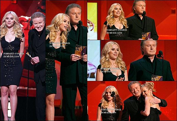 11/02/07 : Scarlett, toujours avec le sourire, était présente à la 49° cérémonie des Grammy Awards.