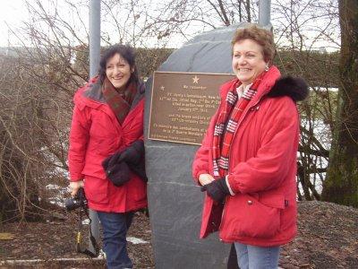 Mell Catrambone ( Dr ) et sa soeur Theresa au monument Tannenbaum à Ottré