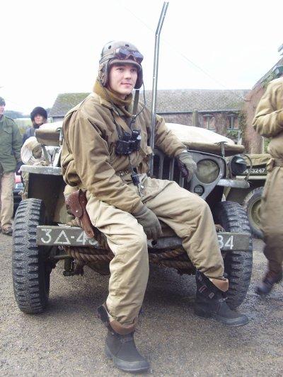 Très belle photo de ce tankiste de la 7th Armored Division assis sur le pare-chocs d'une Willys !