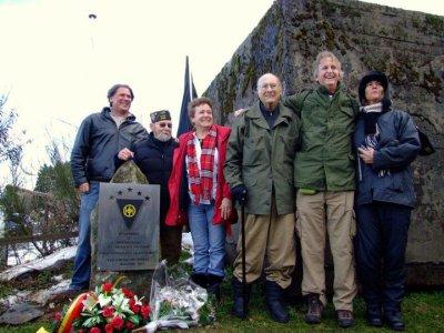Inauguration du monument avec nos amis américains et  avec l'aide de nos amis du 101st AB Belgian Friendship - Glen Mallen d'Angleterre et Laurent Olivier                        (Ph. Fr.Masu)