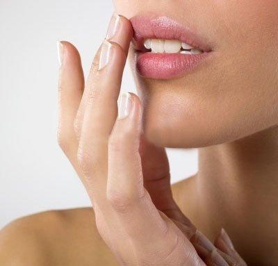 Comment enlever les peaux mortes des lèvres ?