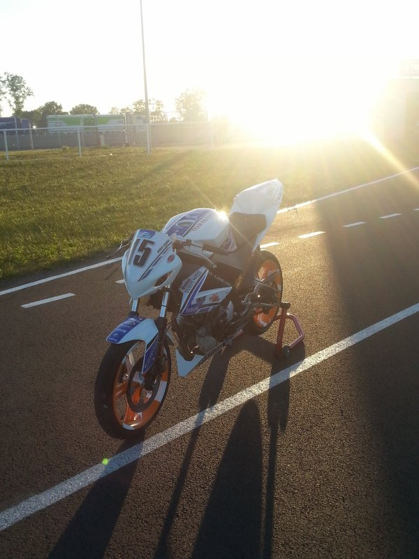 Yzf r125 sous plusieurs angles