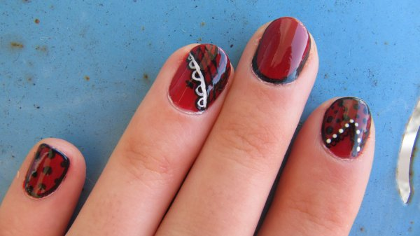 Nail-art rock + dentelle