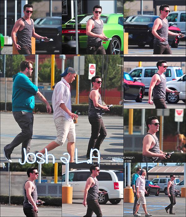 . Lundi 2 avril 2012, Josh a été aperçut dans les rues de Los Angeles, (rue de la « Cité des Anges » ). Mais il n'était pas seul ; il était accompagné de quelques amis..