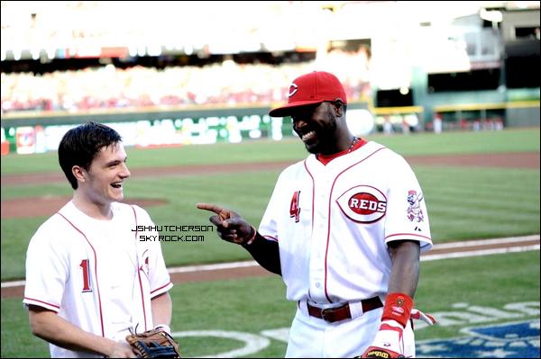 . Hier, samedi 07 avril 2012, Josh à tiré la première balle qui marque l'ouverture de la saison de basaball de l'équipe des Cincinnati Reds. Comme à son habitude, Josh n'en oublie pas moins ses fans, et prend toujours le temps de faire quelques photos avec eux. Les chanceux ! .