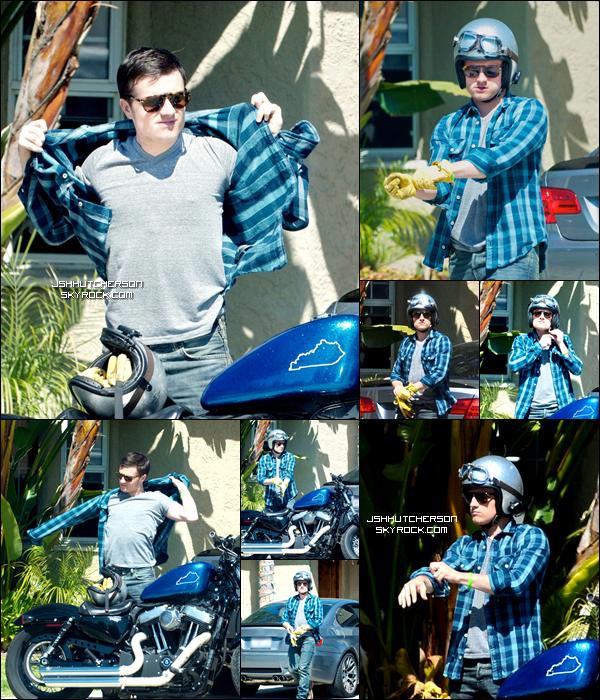 . C'est un Josh à moto que nous retrouvons sur les photos prises hier, mardi 10 avril, à Los Angeles. Il rendait visite à ses amis en profitant du beau temps. .