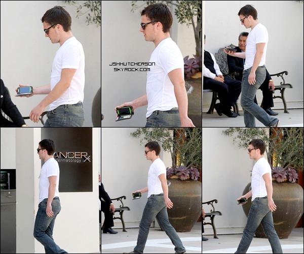 . Mercredi 11 avril, Josh a été photographié à la sortie du restaurant STK, à Los Angeles, après avoir dîné, accompagné de sa maman, Michelle..
