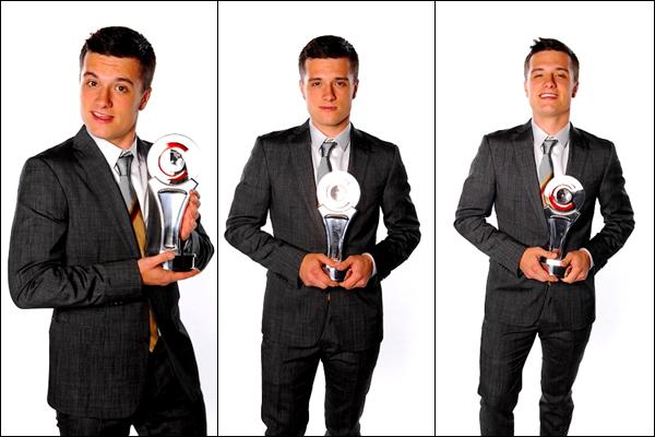 . Hier soir, jeudi 26 avril 2012, Josh a reçu le prix de la Meilleure Révélation de l'Année au CinemaCon 2012 Awards, au Caesars Palace, à Los Angeles. Voici les photos de Josh sur le tapis rouge, lors de la cérémonie où il reçoit son prix, mais également Josh posant fièrement avec son prix..