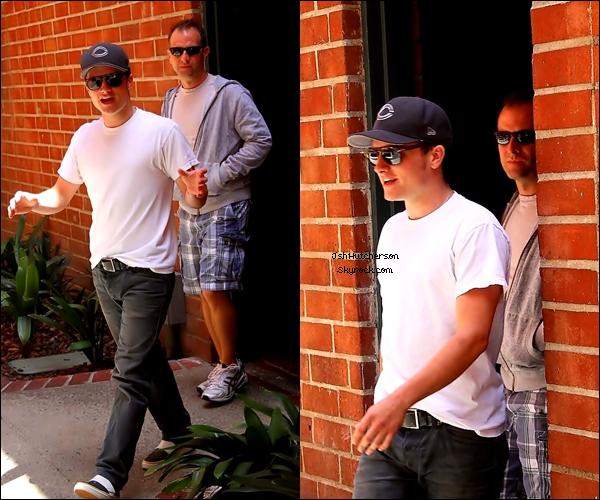 . Vendredi 18 mai, Josh a été photographié en présence de son père, Chris, alors qu'ils allaient chez le médecin, à Beverly Hills. .